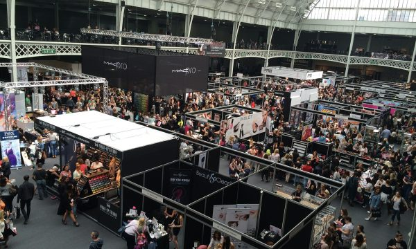 corporate-trade-show-crowd